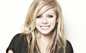 "Avril Lavigne anuncia lançamento de novo single, ""Head Above Water"""