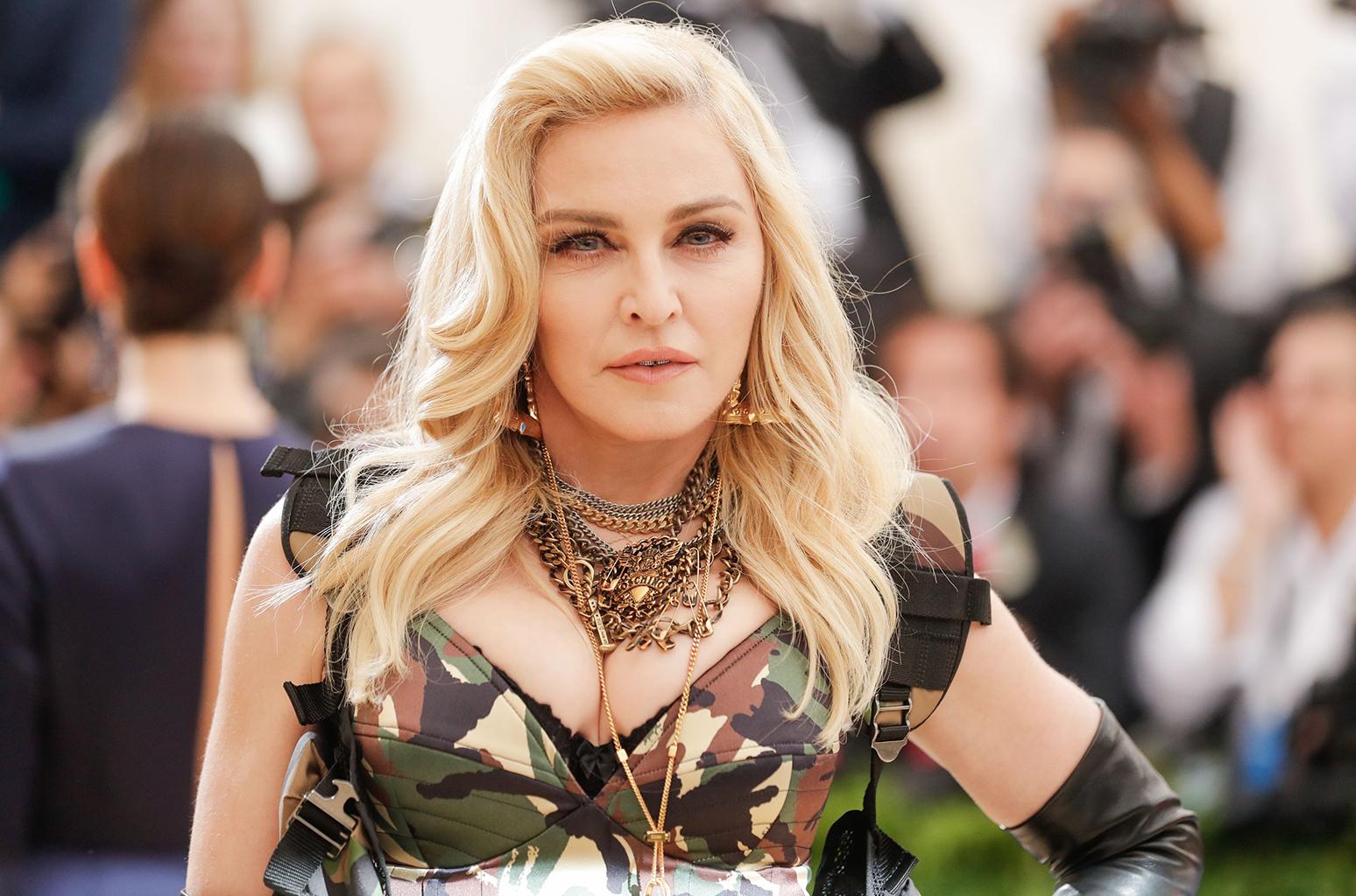 Aos 61 anos, Madonna posta foto sem roupas e com muleta, veja