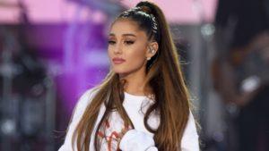 """Ariana Grande acaba de lançar """"Positions"""" em mídia física"""