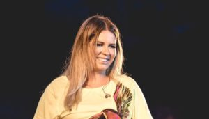 Marília Mendonça volta aos palcos com transmissão ao vivo
