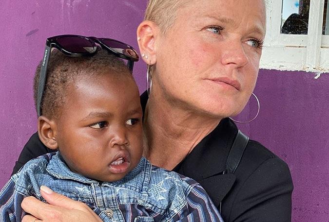 Xuxa e Sasha fazem viagem solidária na África, veja foto
