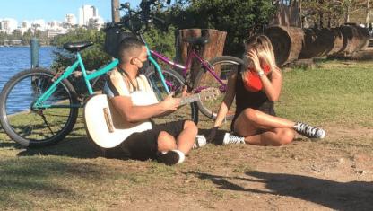 Pri Borges anda de bike com o cantor GuGa Nandes no Cariocou