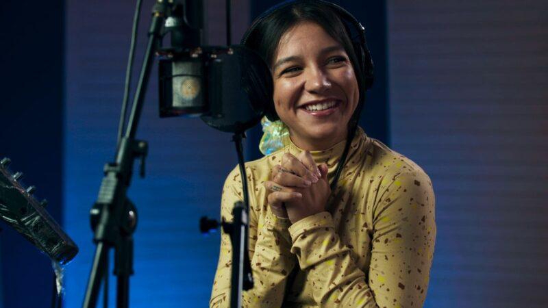 Priscilla Alcântara canta o tema da animação A Caminho da Lua, da Netflix
