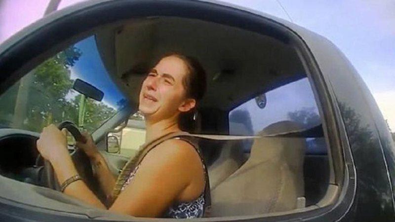 """Após ser presa por dirigir em alta velocidade, mulher alega: """"Queria fazer cocô"""""""