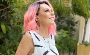 Ana Maria Braga surge com cabelos cor de rosa e surpreende a todos, veja
