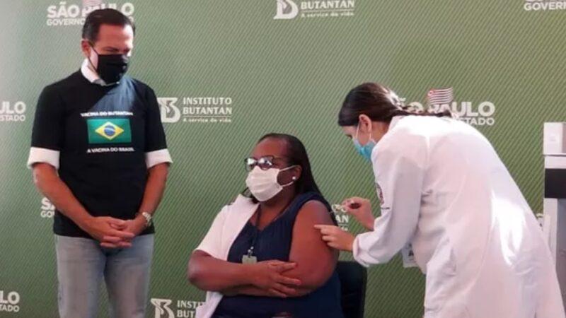 Governo de SP aplica 1ª dose da vacina, saiba mais sobre a primeira pessoa vacinada no Brasil