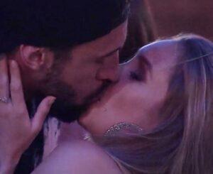 Finalmente! Arthur toma coragem e beija Carla Diaz