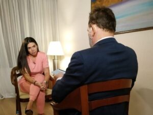 Roberto Cabrini entrevista mulher de Tom Veiga, intérprete do Louro José
